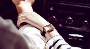 時計をつけた女性の手