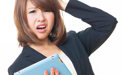手汗の悩みを抱える女性