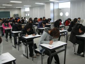 緊張する試験の場面