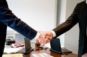 仕事をする前に握手をする人々